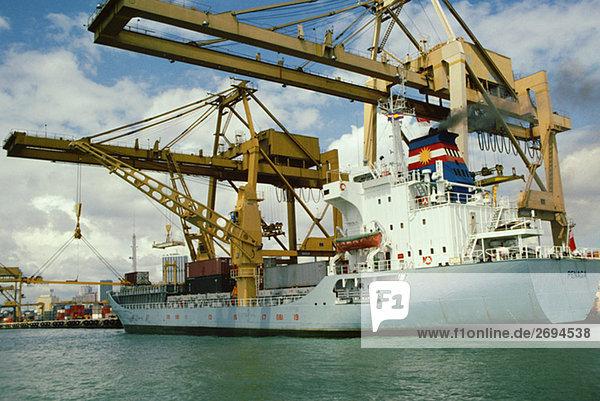 Containerschiff vor Anker in einem kommerziellen Dock  Singapur