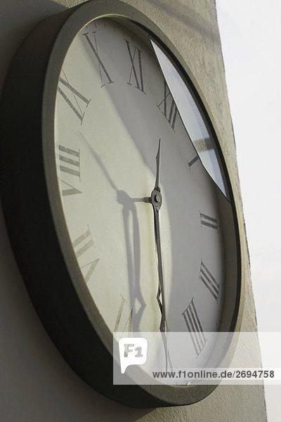 Nahaufnahme einer Uhr an einer Wand