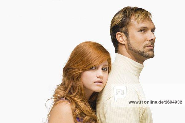 Portrait einer jungen Frau ruhelosigkeit ihr Gesicht auf die Schulter eines mittleren erwachsenen Mannes