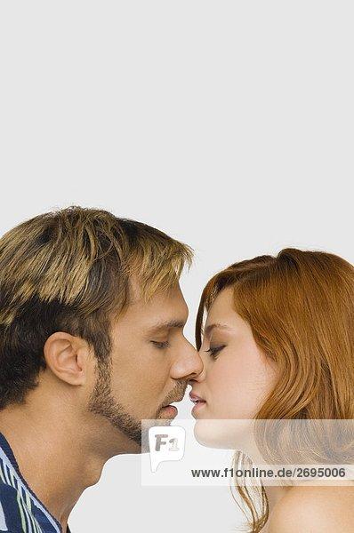 Seitenansicht ein paar küssen einander