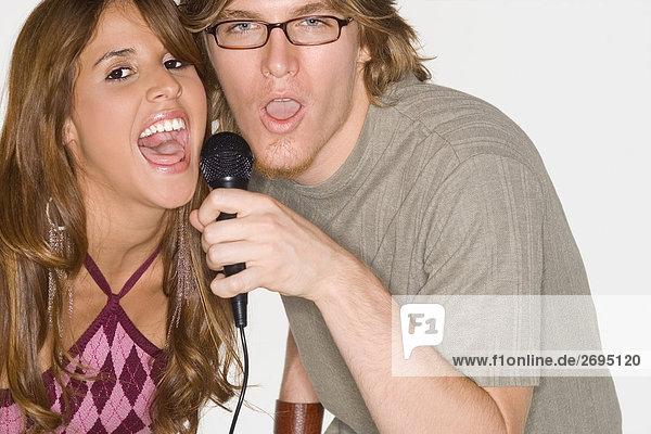 Porträt eines jungen Paares zusammen singen