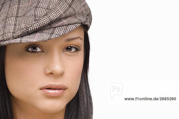 Portrait einer jungen Frau mit eine flache Mütze