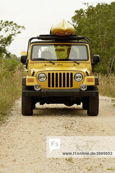 Junges paar in einem jeep