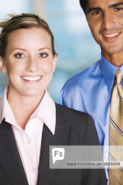 Portrait eines Kaufmanns und lächelnd geschäftsfrau