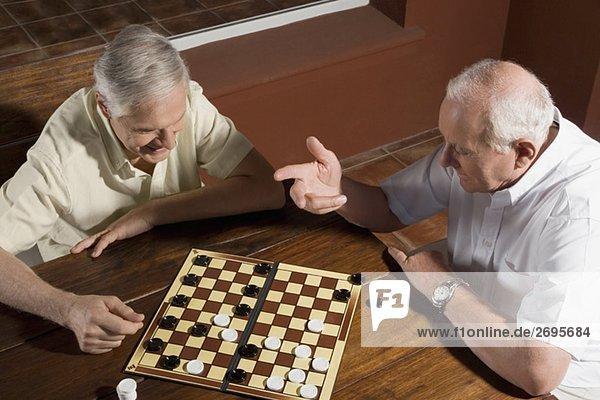 Damespiel Dame hoch oben Senior Senioren Mann Ansicht 2 Flachwinkelansicht Winkel spielen