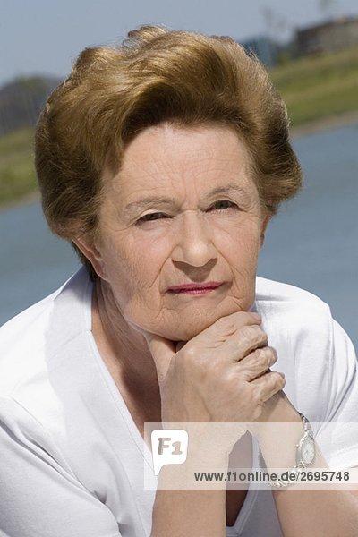 Senior Senioren Portrait Frau denken