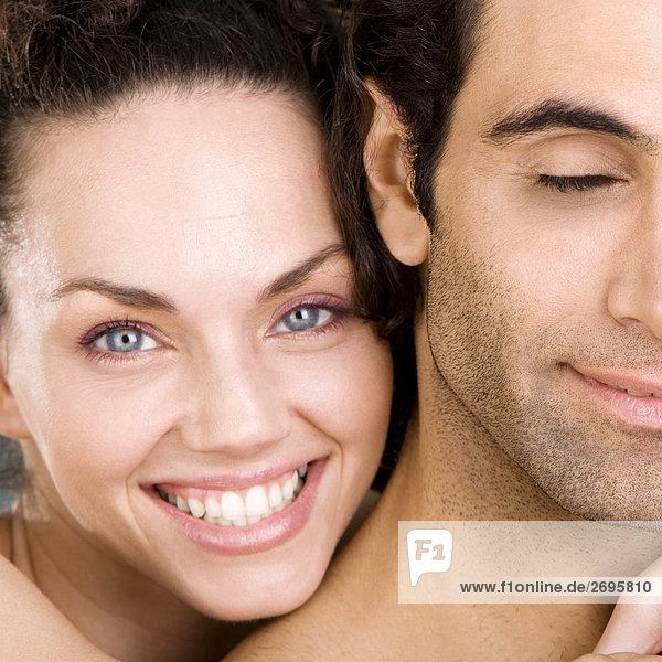 Portrait einer jungen Frau und lächelnd Mitte Erwachsenen Mann