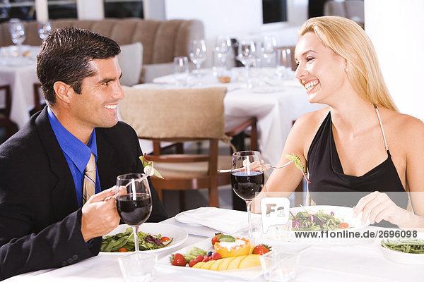 Mitte Erwachsenen Mann und eine junge Frau sitzen in einem restaurant