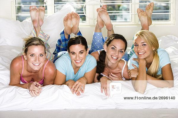 Portrait von vier jungen Frauen lächelnd