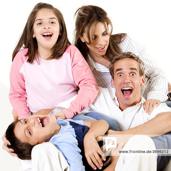 Eltern sitzen mit ihren Sohn und Tochter