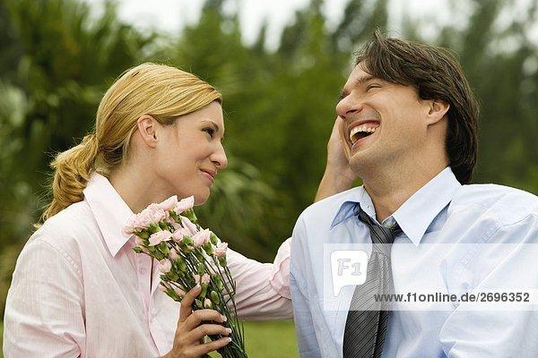 Nahaufnahme eines Kaufmanns und einer geschäftsfrau lächelnd im park