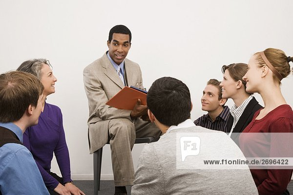 Geschäftsleute bei einem Treffen in einem Büro