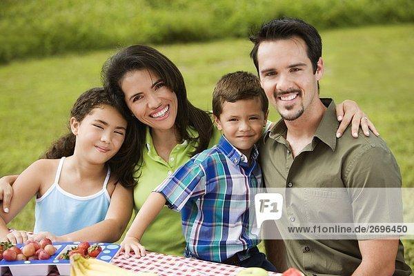 Porträt von Eltern mit ihren Sohn und Tochter lächelnd
