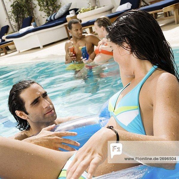 junge Frau junge Frauen Mann sehen Close-up Mittelpunkt Schwimmbad Erwachsener