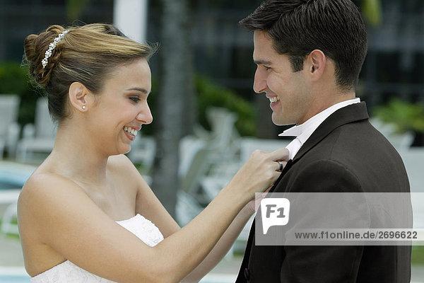 Seitenansicht eine Braut Anpassung des Bräutigams Fliege