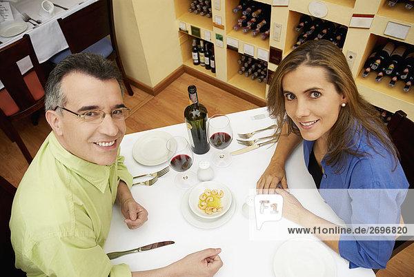 hoch oben sitzend Restaurant Mittelpunkt Ansicht Flachwinkelansicht Tisch Erwachsener Winkel