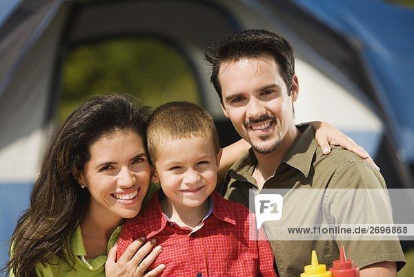 Nahaufnahme der Eltern lächelnd mit ihrem Sohn