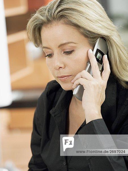 Nahaufnahme einer Mitte erwachsen frau Gespräch auf einem Mobiltelefon