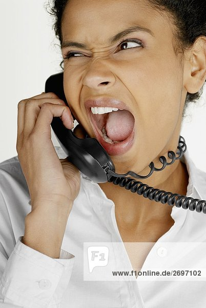 Nahaufnahme der geschäftsfrau Gespräch auf Telefon und Grimasse