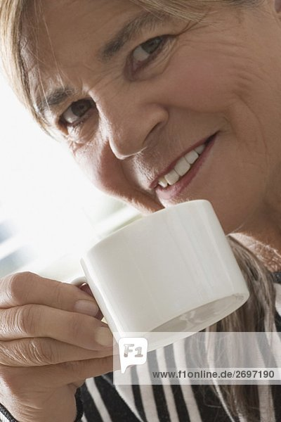 Senior Senioren Frau Close-up Kaffee