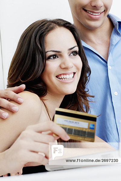 Nahaufnahme eines jungen Paares online einkaufen
