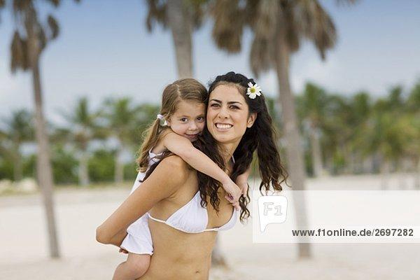 Mädchenbildnis Reiten huckepack auf ihre Mutter