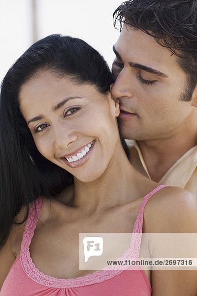 Nahaufnahme eines jungen Mannes umarmen eine junge Frau von hinten