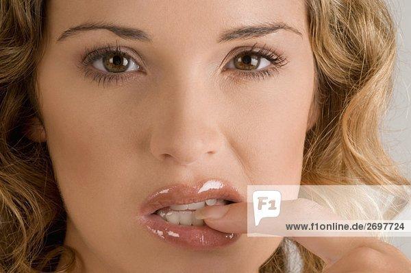 Portrait einer jungen Frau ihre Nail beißen