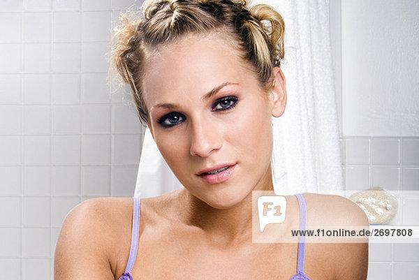 Portrait einer jungen Frau im Bad