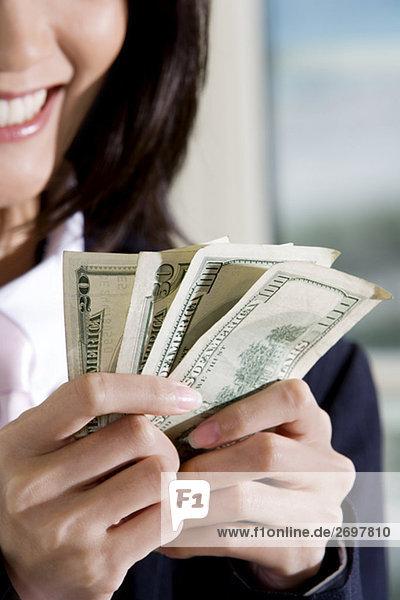 Nahaufnahme der geschäftsfrau hält amerikanischen Dollar-Scheine