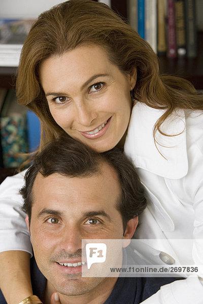 Portrait einer Reifen Frau umarmt ihr Ehemann und lächelnd