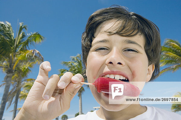 Portrait eines jungen essen ein Eis Portrait eines jungen essen ein Eis