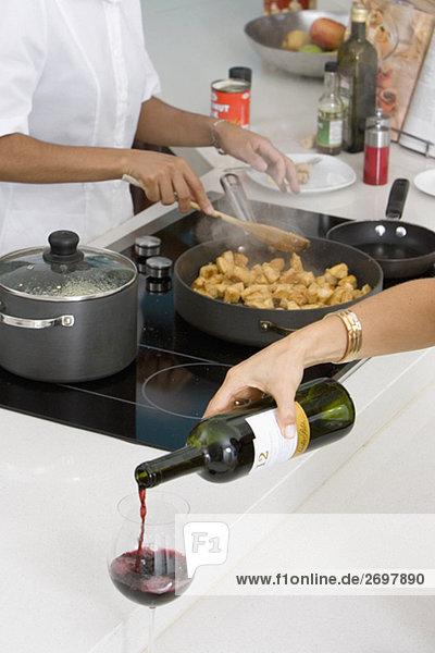 Frau Glas Lebensmittel eingießen einschenken Vorbereitung Wein Rotwein Hintergrund Close-up Putzfrau