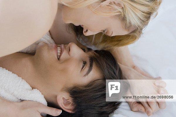 Nahaufnahme eines jungen Paares romancing auf dem Bett