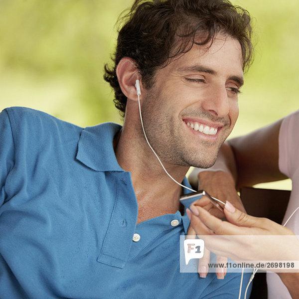 Nahaufnahme eines Mitte erwachsenen Menschen hören einen MP3-player