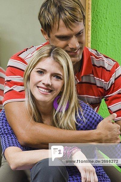 Mitte erwachsenen Menschen umarmen eine junge Frau und lächelnd