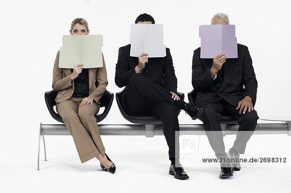 Geschäftsfrau Geschäftsmann halten frontal 2