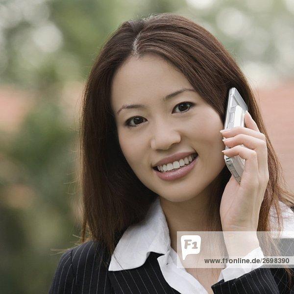 Porträt von geschäftsfrau Gespräch auf einem Mobiltelefon