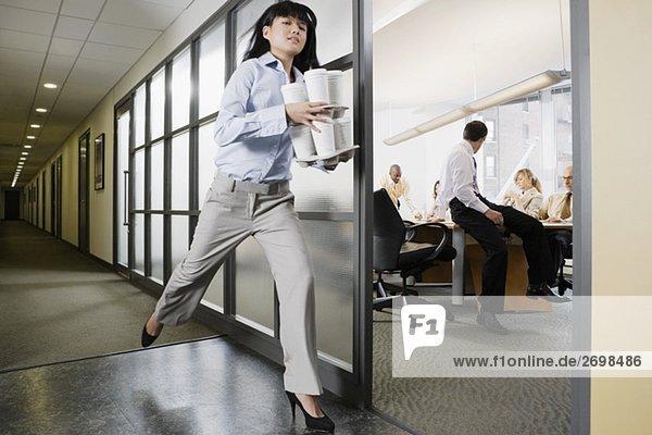 Geschäftsfrau Durchführung Einweggabeln