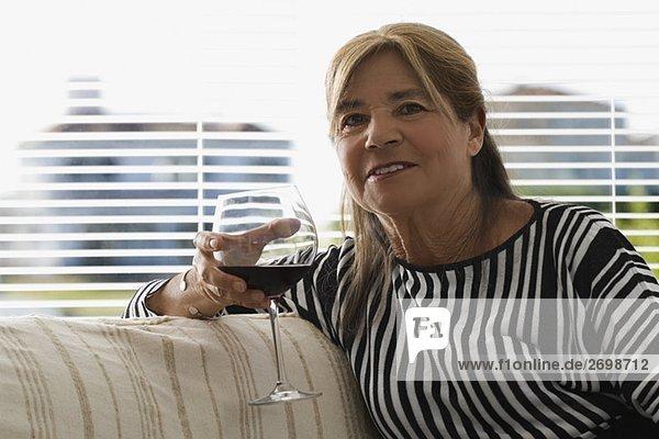 Senior Senioren Portrait Frau Glas Wein halten