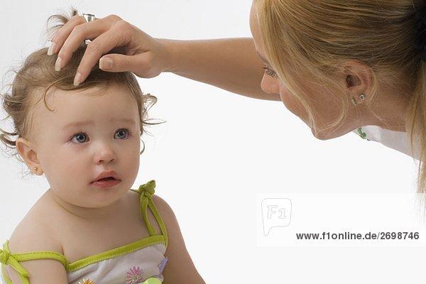 Nahaufnahme einer Mitte erwachsen frau betrachten ihre Tochter