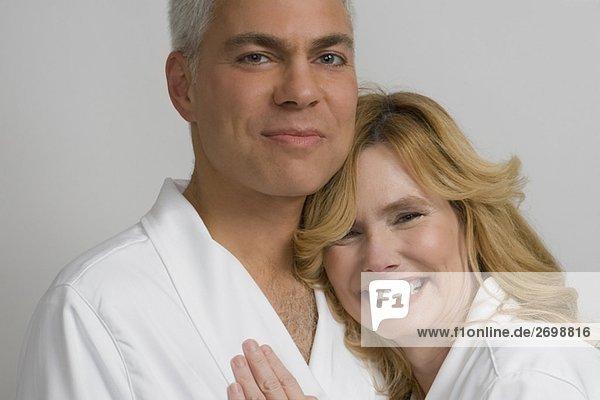 Portrait von ein reifes Paar umarmen einander und lächelnd