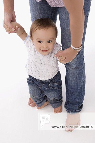 Portrait eines jungen Baby hält hände seiner Mutter