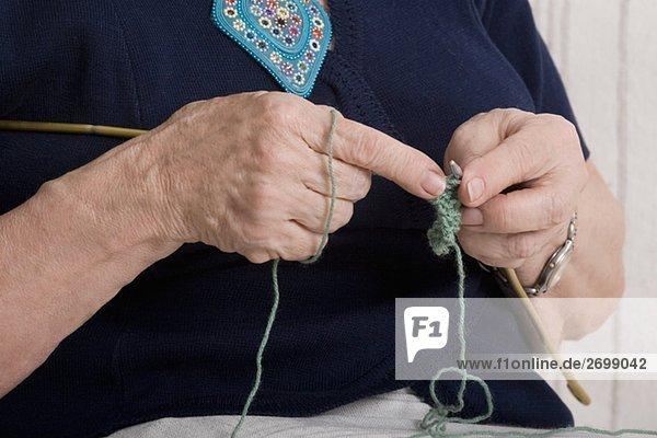 Mitte Schnittansicht einer Frau stricken