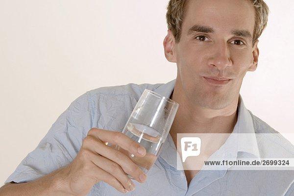 Porträt eines mittleren erwachsenen Mannes mit einem Glas Wasser