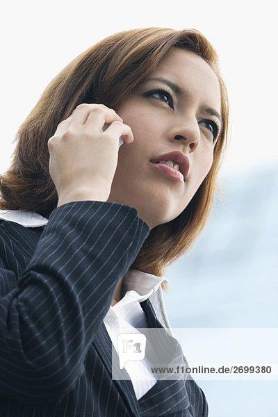 Nahaufnahme der geschäftsfrau Gespräch auf einem Mobiltelefon und lächelnd