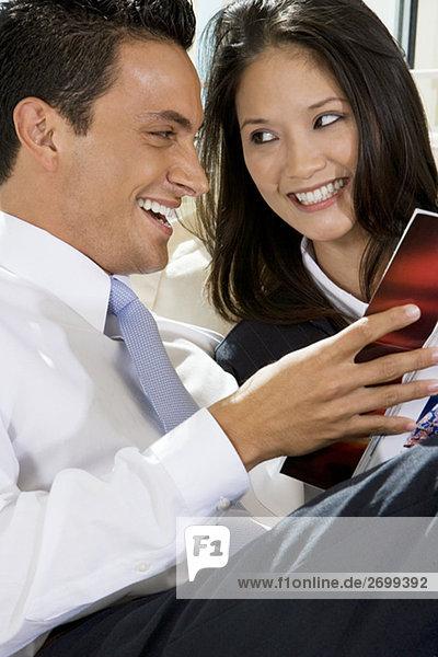 Nahaufnahme eines Kaufmanns und einer geschäftsfrau ein Buch zu lesen