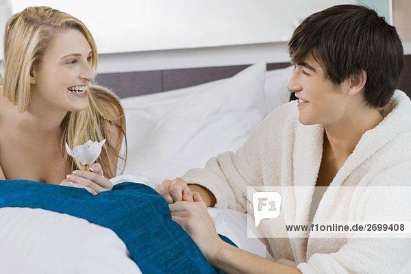 Junges paar lächelnd einander