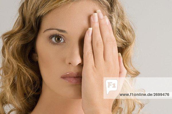 Portrait einer jungen Frau mit ihrem ein Auge