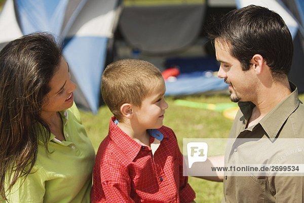 Seitenansicht Eltern und ihrem Sohn